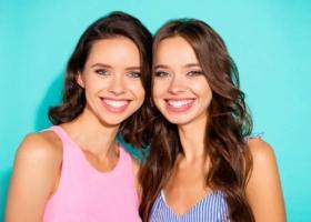 Invisalign Schienen – diese 14 Promis tragen die unsichtbare Zahnspange