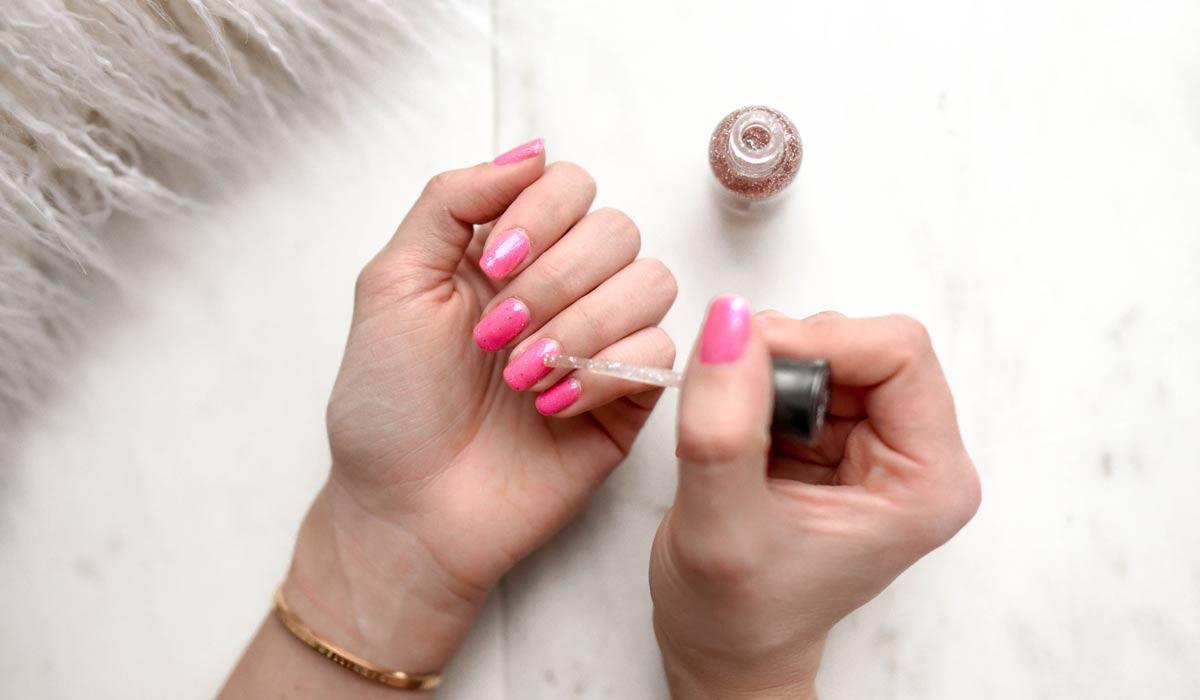 Nagellack: Schlicht und einfach oder ausgefallen? Nagellack auftragen ohne übermalen, ohne Streifen und ohne Bläschen: So geht's!