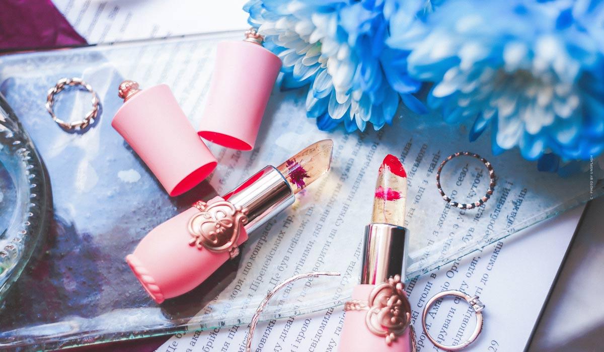 Erfrischendes Sommer-Make-Up: Wasserfeste Mascara & natürlicher Glow