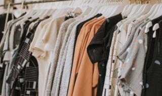 ASOS: Zwischen Highfashion & Streetstyle – Abiballkleid, Jogginghose & Designertasche