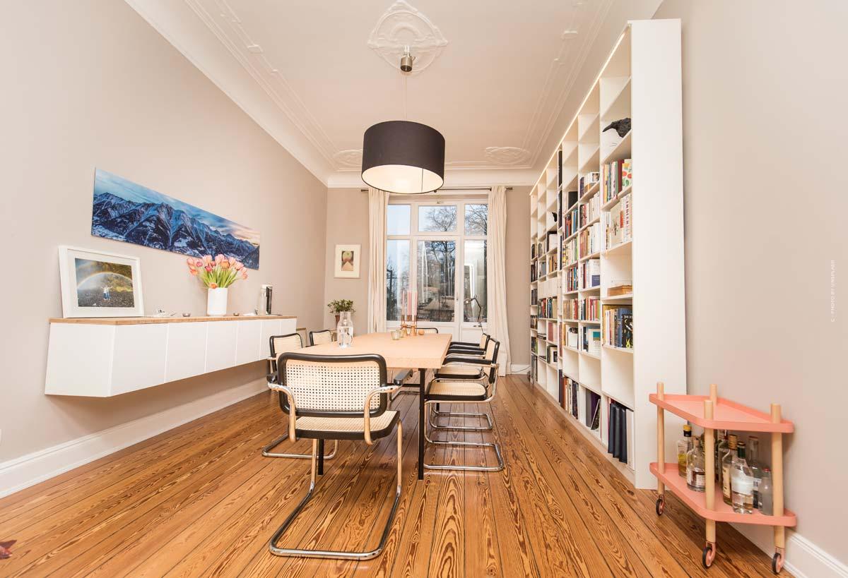 Altbauwohnung: Wohnung mit hohen, stuckverzierten Decken - Vor- und Nachteile & Erklärung