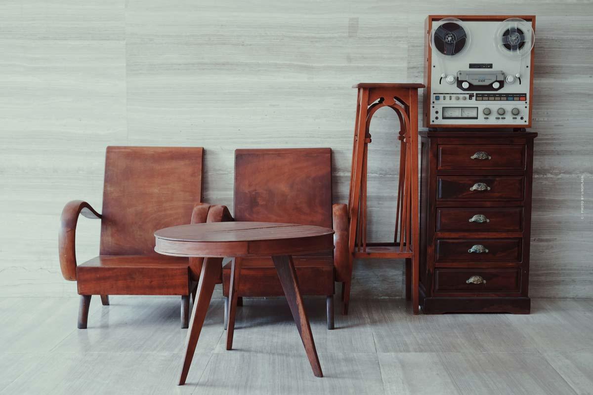 Essential Home Furniture: Mid-Century Möbel wie Stühle, Tische und Dekoartikel aus Portugal