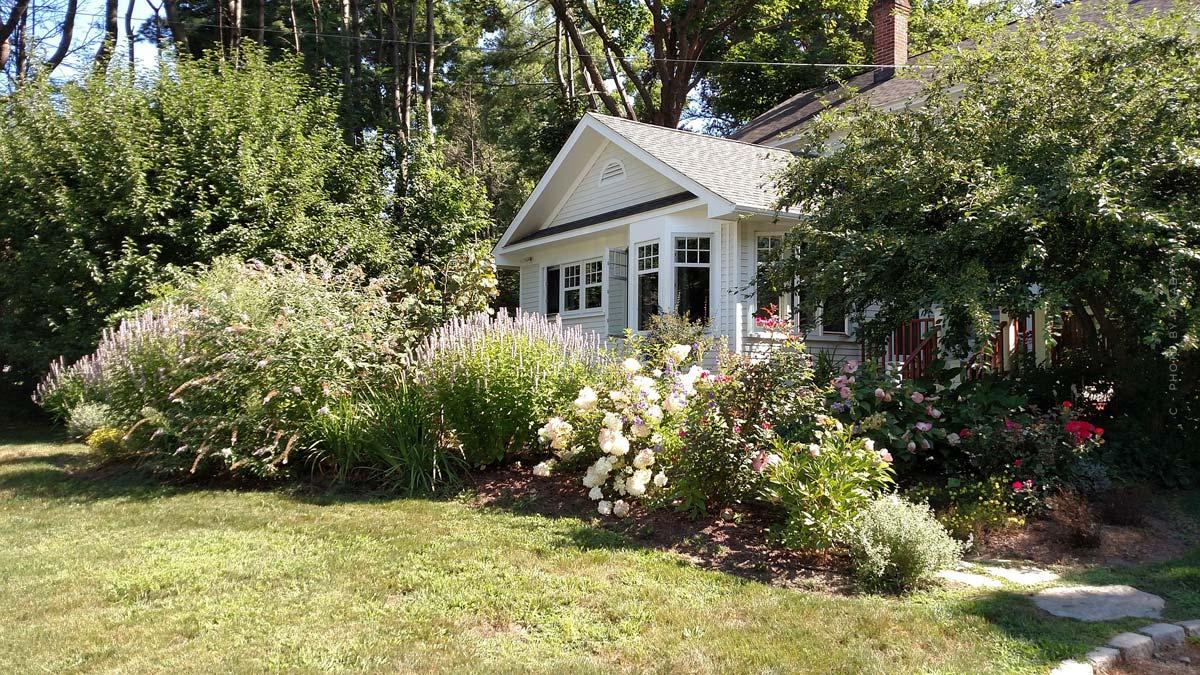 Garten anlegen: Tipps zur Gestaltung & Planung mit wetterfesten Möbeln, Blumen, Pool und mehr