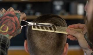 Haare zu Hause schneiden: Maschine, Schere & Co.