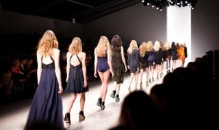 Balenciaga Videos: Modeschau, Sneaker, Rihanna & Co.